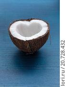 Половинка кокоса в форме сердца на синем фоне. Стоковое фото, фотограф Виктор Колдунов / Фотобанк Лори