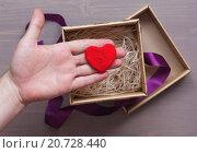 Предложение руки и сердца на День Святого Валентина. Стоковое фото, фотограф Виктор Колдунов / Фотобанк Лори