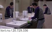 Купить «Подросток моет руки в раковине», видеоролик № 20729336, снято 20 января 2016 г. (c) Валентин Беспалов / Фотобанк Лори