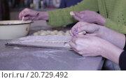 Купить «Женские руки лепят пельмени», видеоролик № 20729492, снято 19 января 2016 г. (c) Валентин Беспалов / Фотобанк Лори