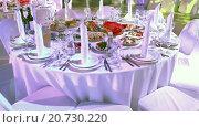 Купить «Обеденный стол с едой и напитками, сервированный для торжественного события», видеоролик № 20730220, снято 21 января 2016 г. (c) Кекяляйнен Андрей / Фотобанк Лори