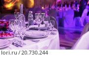 Купить «Стол с белоснежной скатертью, сервированный для торжественного мероприятия или праздника», видеоролик № 20730244, снято 21 января 2016 г. (c) Кекяляйнен Андрей / Фотобанк Лори