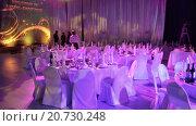Купить «Официанты накрывают столы с едой и напитками для торжественного приема на выставке Металл-Эскпо 2015. ВДНХ, Москва», видеоролик № 20730248, снято 21 января 2016 г. (c) Кекяляйнен Андрей / Фотобанк Лори
