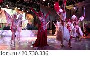 Купить «Выступление танцевальной группы в костюмах в стиле кабаре на сцене во время торжественного приема на выставке Металл-Экспо 2015, Москва», видеоролик № 20730336, снято 21 января 2016 г. (c) Кекяляйнен Андрей / Фотобанк Лори