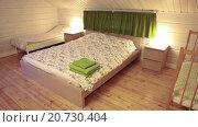 Купить «Двуспальная кровать, и две детские кровати в просторной спальне», видеоролик № 20730404, снято 21 января 2016 г. (c) Кекяляйнен Андрей / Фотобанк Лори