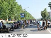 Автопробег автомобилей в стиле ретро в Сарове в День России (2015 год). Редакционное фото, фотограф Михаил Хорошкин / Фотобанк Лори