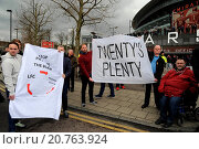 Купить «Football fans gather outside The Emirates Stadium before the match between Arsenal and Liverpool to protest against the rising ticket prices in the Premiership...», фото № 20763924, снято 4 апреля 2015 г. (c) age Fotostock / Фотобанк Лори
