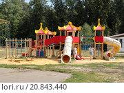 Родители и дети отдыхают на игровой площадке в парке города Сарова (2014 год). Редакционное фото, фотограф Михаил Хорошкин / Фотобанк Лори