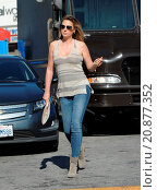 Купить «Model Daisy Fuentes flaunts her famous curves at the age of 48 while out shopping with her new boyfriend singer Richard Marx. The new couple were seen...», фото № 20877352, снято 28 апреля 2015 г. (c) age Fotostock / Фотобанк Лори