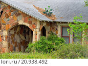 Купить «Abandoned building overgrown with vegetation, near Johnson City, Texas, USA.», фото № 20938492, снято 2 мая 2014 г. (c) age Fotostock / Фотобанк Лори