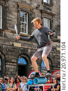 Купить «Daniel Zindler from Canada performing a juggling and balancing act in the Royal Mile, Edinburgh during the Edinburgh Fringe Festival. Scotland, UK.», фото № 20971104, снято 8 августа 2015 г. (c) age Fotostock / Фотобанк Лори