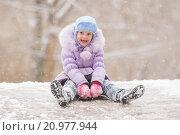 Купить «Радостный ребенок скатывается с ледяной горки», фото № 20977944, снято 13 января 2016 г. (c) Иванов Алексей / Фотобанк Лори