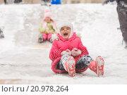 Купить «Радостный семилетний ребенок скатывается с ледяной горки», фото № 20978264, снято 13 января 2016 г. (c) Иванов Алексей / Фотобанк Лори