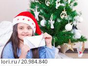 Купить «Счастливая девочка с конвертом», фото № 20984840, снято 14 января 2016 г. (c) Emelinna / Фотобанк Лори
