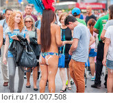 Купить «Body painted topless women performers solicit tourists in Times Square in New York to pose for photos in exchange for a tip», фото № 21007508, снято 18 августа 2015 г. (c) age Fotostock / Фотобанк Лори