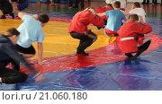 Дети разминаются в спортивном зале (2016 год). Редакционное видео, видеограф Олег Безруков / Фотобанк Лори