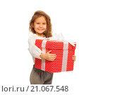 Купить «Портрет счастливой улыбающейся маленькой девочки с красной подарочной коробкой на белом фоне», фото № 21067548, снято 12 декабря 2015 г. (c) Сергей Новиков / Фотобанк Лори