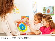 Купить «Двое дошкольников изучают время - часы и минуты - сидя за партой», фото № 21068084, снято 12 декабря 2015 г. (c) Сергей Новиков / Фотобанк Лори