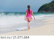 Девочка идёт по пляжу. Стоковое фото, фотограф Юрий Александров / Фотобанк Лори