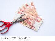 Пятитысячные купюры ножницы. Стоковое фото, фотограф Алина Щедрина / Фотобанк Лори