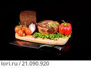 Купить «Мясной медальон, хлеб и свежие овощи на разделочной доске», фото № 21090920, снято 19 декабря 2015 г. (c) Стивен Жингель / Фотобанк Лори