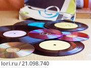 Старые виниловые пластинки и CD. Стоковое фото, фотограф Александр Замоткин / Фотобанк Лори