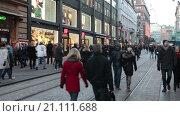 Купить «Люди идут по проезжей части улицы Александркату, перекрытой для празднования Рождества. Хельсинки, Финляндия», видеоролик № 21111688, снято 24 января 2016 г. (c) Кекяляйнен Андрей / Фотобанк Лори