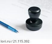 Купить «Ручка и печать организации лежат на документах», эксклюзивное фото № 21115392, снято 25 января 2016 г. (c) Игорь Низов / Фотобанк Лори