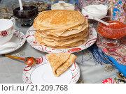 Купить «Блины с красной икрой, вареньем и чаем во время масленицы», фото № 21209768, снято 22 февраля 2015 г. (c) Pukhov K / Фотобанк Лори