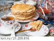 Купить «Блины с красной икрой, вареньем и чаем во время масленицы», фото № 21209816, снято 22 февраля 2015 г. (c) Pukhov K / Фотобанк Лори