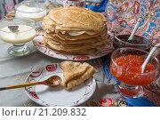 Купить «Блины с красной икрой, вареньем и чаем во время масленицы», фото № 21209832, снято 22 февраля 2015 г. (c) Pukhov K / Фотобанк Лори