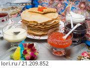 Купить «Блины с красной икрой, вареньем и чаем во время масленицы», фото № 21209852, снято 22 февраля 2015 г. (c) Pukhov K / Фотобанк Лори