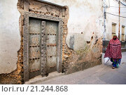 Купить «Мусульманская женщина на улице Стоун Таун. Занзибар», фото № 21244868, снято 1 января 2016 г. (c) Морозова Татьяна / Фотобанк Лори