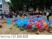 Купить «Peter Tatchell, civil rights activist joins hundreds of protesters opposite the Houses of Parliament to call for voting reform in the United Kingdom. Balloons...», фото № 21260828, снято 25 июля 2015 г. (c) age Fotostock / Фотобанк Лори