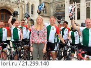 Купить «Jaguar and television personality Jodie Kidd supporting fifteen sailors from the Royal Navy's future Flagship, HMS Queen Elizabeth, on their cycle ride...», фото № 21299140, снято 29 июля 2015 г. (c) age Fotostock / Фотобанк Лори