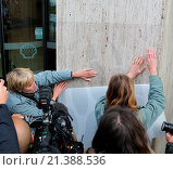 Купить «Emma Thompson defacing Shell HQ with polar bear paws prints Featuring: Emma Thompson Where: London, United Kingdom When: 02 Sep 2015 Credit: Rocky/WENN.com», фото № 21388536, снято 2 сентября 2015 г. (c) age Fotostock / Фотобанк Лори