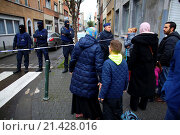 Купить «Belgium police carried out raids and house searches, but arrested no terrorists in muslim area Molenbeek in Brussels.», фото № 21428016, снято 16 ноября 2015 г. (c) age Fotostock / Фотобанк Лори