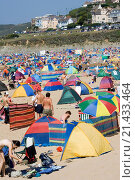 Купить «Woolacombe Sands beach with thousands of holidaymakers enjoying hot sunny day in August, Woolacombe, Devon UK», фото № 21433464, снято 29 марта 2020 г. (c) age Fotostock / Фотобанк Лори
