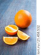 Спелый апельсин на столе. Стоковое фото, фотограф Павел С. / Фотобанк Лори