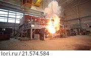 Купить «Плавка металла в литейном цеху», видеоролик № 21574584, снято 21 января 2016 г. (c) Илья Насакиин / Фотобанк Лори