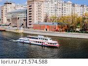 Купить «Прогулочный катер на Москве-реке. Москва», фото № 21574588, снято 28 апреля 2015 г. (c) Устенко Владимир Александрович / Фотобанк Лори