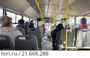 Пассажиры в общественном транспорте (2016 год). Редакционное фото, фотограф Вячеслав Сыпченко / Фотобанк Лори