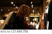 Купить «Девушка примеряет пальто в магазине», видеоролик № 21669756, снято 18 июля 2019 г. (c) Павел Котельников / Фотобанк Лори