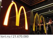 Hong Kong, China, a McDonalds logo reflected in a window (2013 год). Редакционное фото, агентство Caro Photoagency / Фотобанк Лори