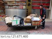 Hong Kong, China, man collects cardboard boxes on a street a (2013 год). Редакционное фото, агентство Caro Photoagency / Фотобанк Лори