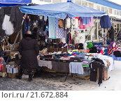 Купить «Прилавок уличного киоска с вязаными изделиями», фото № 21672884, снято 24 января 2016 г. (c) Ольга К. / Фотобанк Лори