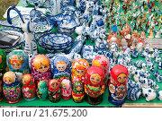 Купить «Прилавок с русскими сувенирами», эксклюзивное фото № 21675200, снято 3 июля 2010 г. (c) Юрий Морозов / Фотобанк Лори