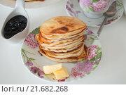 Блинчики с маслом на блюдце вид сверху. Стоковое фото, фотограф Юлия Добычина/Iuliia Dobychina / Фотобанк Лори