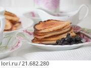 Блины на блюдце с черничным вареньем. Стоковое фото, фотограф Юлия Добычина/Iuliia Dobychina / Фотобанк Лори