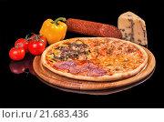 Пицца, овощи, сыр и колбаса на черном фоне. Стоковое фото, фотограф Эдуард Пиолий / Фотобанк Лори